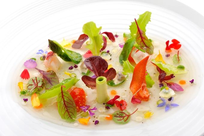 01-03-ensalada-tibia-de-verduras-hierbas-brotes-y-petalos
